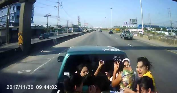 Un grupo de mujeres viajaban en la parte trasera de una furgoneta y un camión choca contra el vehículo