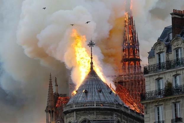 Donald Trump sugiere utilizar aviones cisterna para apagar el incendio de Notre Dame y Protección Civil le responde