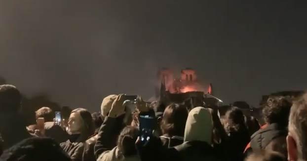El pueblo francés cantando en uno de los puentes frente a Notre Dame ardiendo