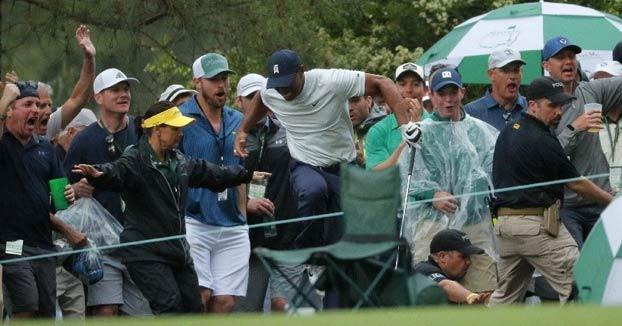 Un guardia de seguridad casi lesiona a Tiger Woods durante el Masters de Augusta
