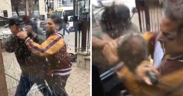 Un guardia de seguridad de un McDonald's saca la pistola cuando estaba siendo atacado por dos individuos