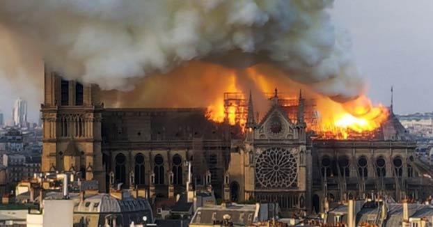 Cae la emblemática aguja de la catedral de Notre Dame tras un devastador incendio
