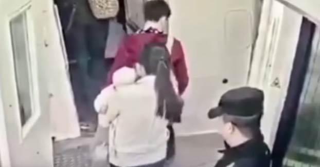 Un pasajero lanza monedas a un motor de su avión por consejo de su suegra
