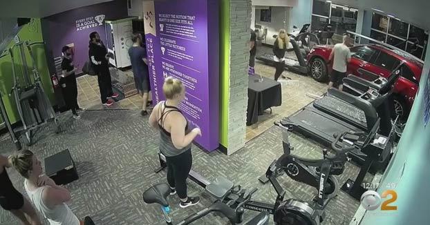 Una mujer empotra su coche contra un gimnasio y se lleva por delante a un hombre que estaba en la cinta