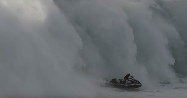 Una ola gigante engulle a una moto de agua mientras rescataba a un surfista en Nazaré