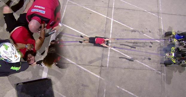Vídeo del momento en el que Roberto Rodríguez se lesiona al intentar aguantar el tirón de cuatro quads sujetos a sus extremidades