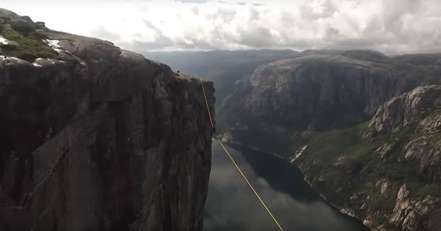 Haciendo Slackline entre dos acantilados en Kjerag, Noruega a mil metros de altura