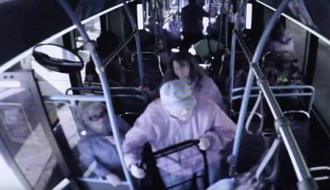Una mujer empuja a un anciano fuera del autobús y el hombre acaba muriendo a consecuencia de las heridas