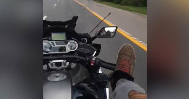 Resultado de imagen para VIDEO: Se graba manejando moto con los pies; muere horas después en un accidente