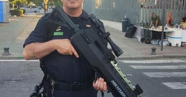La Policía Nacional publica una foto de un agente con un arma enorme y despierta el cachondeo en las redes