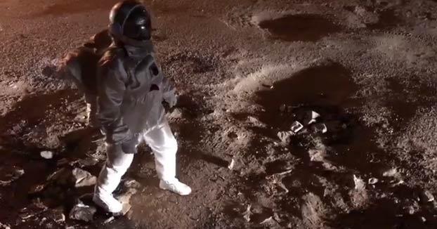 Simula ser un astronauta caminando por Marte para denunciar el mal estado de una calle