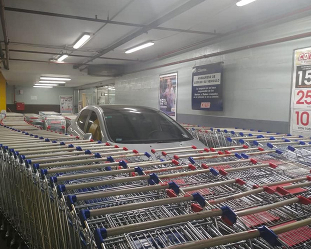 Un cliente aparca donde le da la gana en un supermercado y los empleados se vengan