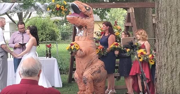 El vídeo de la dama de honor de una boda entrando vestida de T-Rex