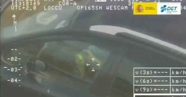 El helicóptero Pegasus caza a un conductor resolviendo un cubo de Rubik mientras va al volante