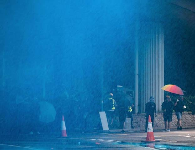 La policía de Hong Kong está rociando a los manifestantes con agua tintada de azul para marcarlos