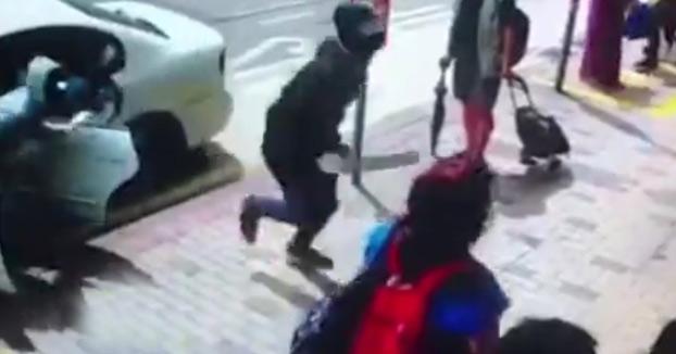 Una puerta de cristal blindado frena a unos ladrones armados con machetes en Hong Kong