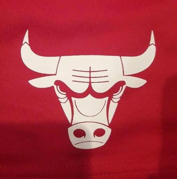 Si le das la vuelta al logo de los Chicago Bulls es un robot violando a un cangrejo