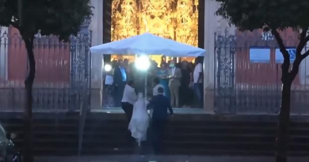 Unos camareros de Sevilla evitan que la novia llegue empapada al altar