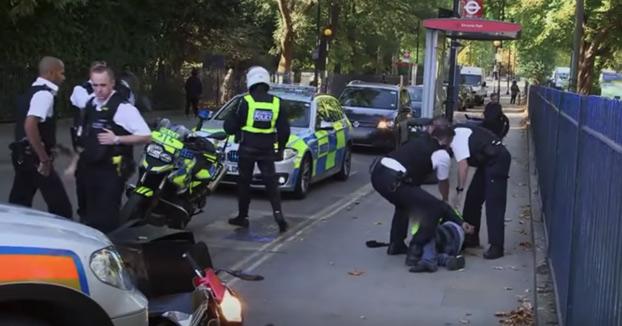 Un coche patrulla de Londres derriba a un motorista que escapaba de la policía a través de un parque
