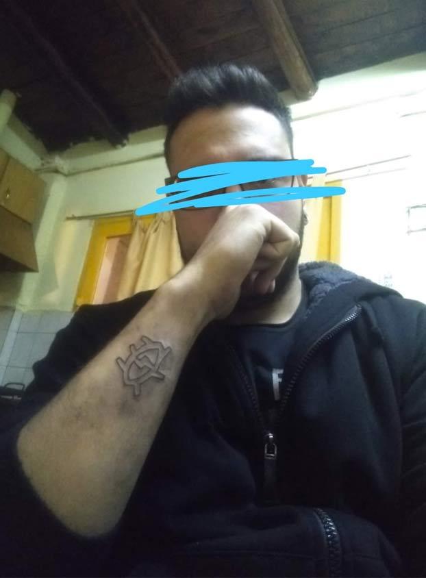 Se hace un tatuaje, no le gusta como queda y se lo saca con un rallador de queso